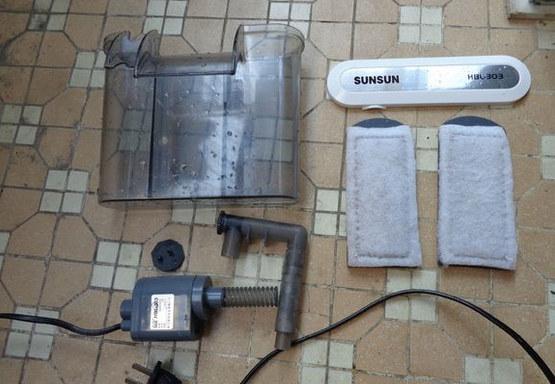 过滤盒子、过滤挡板(上面有过滤棉)、水泵,生化棉